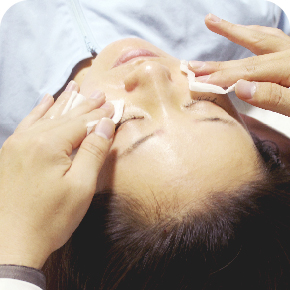 最後に顔には消毒液によって乾燥を防ぐために乳液と美容液でマッサージをして終了です。